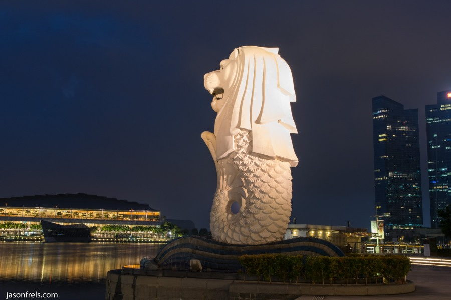 Singapore merlion statue at night