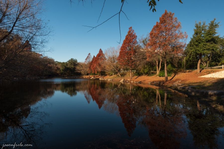 Autumn_pond_with_polarizer