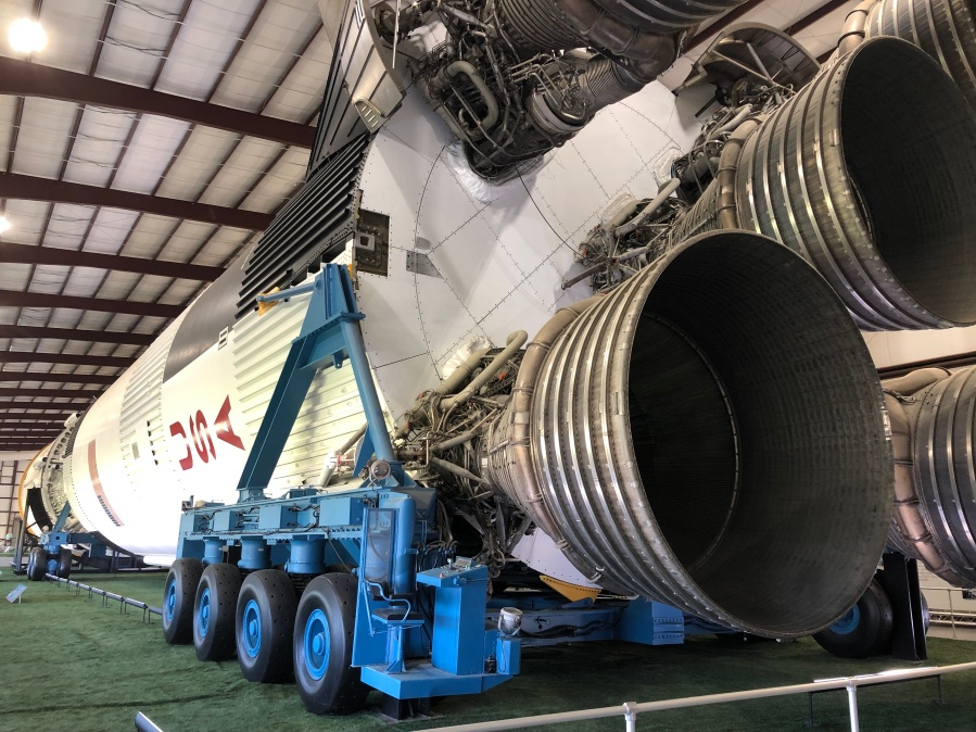Saturn_V_from_the_bottom